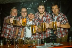 Anstossen mit Bier in Kieselbach